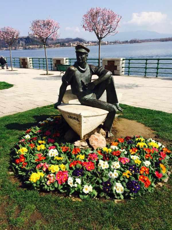 Barcaiolo Arona statua lungo lago