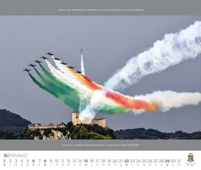 Calendario dell'Aeronautica Militare con le Frecce tricolori ad Arona